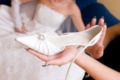 De bruid wacht een schoen Stock Afbeeldingen