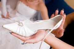 De bruid wacht een schoen Stock Foto's