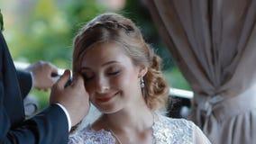 De bruid wacht sher bruidegom op het de zomerterras van koffie stock video