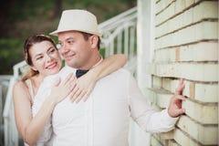 De bruidbruidegom omhelst zacht Stock Afbeelding