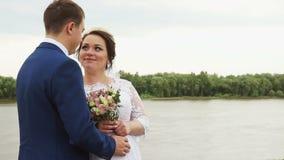 De bruidegom die de buik van de bruid tikken stock footage