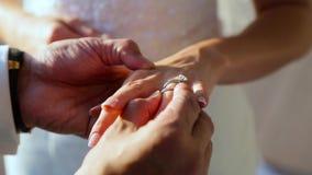 De bruidegom draagt een bruid een trouwring stock footage