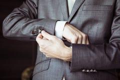 De bruidegom draagt een duur huwelijkskostuum in de ochtend royalty-vrije stock foto
