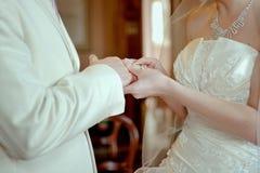 De bruidegom draagt een ringsbruid Stock Fotografie