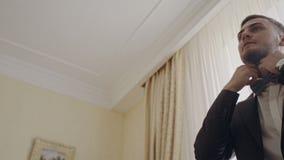 De bruidegom draagt jasje bij huwelijksdag stock video