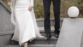 De bruidegom en de bruid gaan onderaan treden stock videobeelden