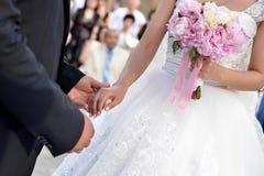 De bruidegom en de bruid Handen die - voorraadfoto houden royalty-vrije stock fotografie