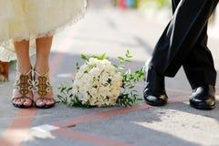 Bruidegom en bruid met boeket Royalty-vrije Stock Fotografie