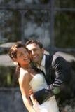 De bruidegom en de bruid omhelzen Stock Afbeeldingen