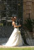 De bruidegom en de bruid omhelzen Royalty-vrije Stock Foto's