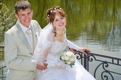 De bruidegom en de bruid op meer. Stock Fotografie