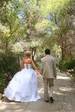 De bruidegom en de bruid op wal royalty-vrije stock afbeelding