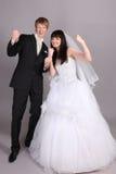 De bruidegom en de bruid zijn zeer gelukkig in studio Royalty-vrije Stock Afbeeldingen
