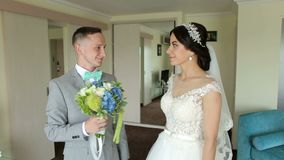 De bruidegom geeft een boeket van bloemen aan zijn bruid stock videobeelden