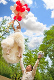 De bruidegom houdt een bruid wegvliegend Stock Fotografie