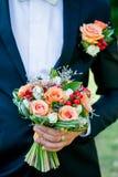 De bruidegom houdt een huwelijk boeket bloeit Royalty-vrije Stock Foto