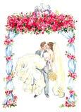 De bruidegom houdt zijn bruid in zijn die wapens en kussen onder gazebo met rode rozen worden verfraaid en twee het kussen duiven Stock Foto