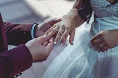 De bruidegom kleedt een ring aan de bruid Royalty-vrije Stock Fotografie