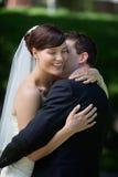 De bruidegom kust Zijn Bruid Royalty-vrije Stock Afbeeldingen