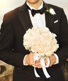 De bruidegom met boeket Royalty-vrije Stock Foto's