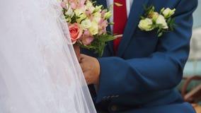 De bruidegom neemt de bruid door de handen stock videobeelden