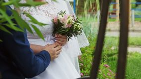 De bruidegom neemt de bruid` s hand stock video