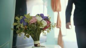 De bruidegom neemt huwelijksboeket van bloemen voor de bruid stock videobeelden