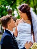 De bruidegom omhelst bruid Stock Foto