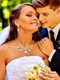 De bruidegom omhelst bruid Royalty-vrije Stock Afbeeldingen