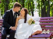 De bruidegom omhelst bruid openlucht Stock Fotografie