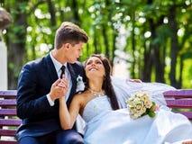 De bruidegom omhelst bruid openlucht Royalty-vrije Stock Foto