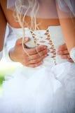 De bruidegom omhelst de bruid Stock Foto's