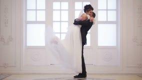 De bruidegom ontmoet bruid stock videobeelden