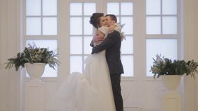 De bruidegom ontmoet bruid stock video