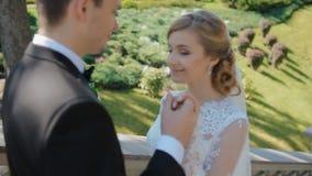 De bruidegom rekt zijn hand aan zijn bruid uit stock videobeelden