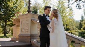 De bruidegom rekt zijn hand aan zijn bruid uit stock video