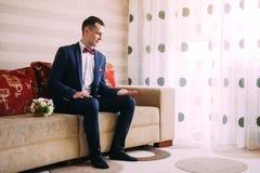 De bruidegom treft voor zijn huwelijk voorbereidingen Stock Foto