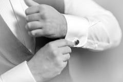 De bruidegom van de hand draagt een metaal zilveren cufflinks nagel modieuze huwelijkstoebehoren stock afbeeldingen