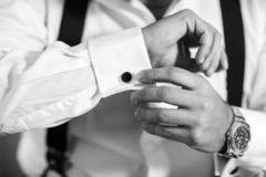 De bruidegom van de hand draagt een metaal zilveren cufflinks nagel modieuze huwelijkstoebehoren royalty-vrije stock afbeeldingen