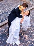 De bruidegom vervoert zijn bruid over rug Royalty-vrije Stock Afbeelding