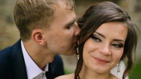 De Bruidegom Walk van de huwelijksbruid vóór Kasteel stock footage