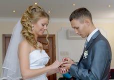 De bruidegom zet de ringsbruid Royalty-vrije Stock Foto