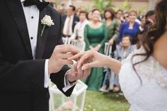 De bruidegom zet op de ring op de vinger van de bruid royalty-vrije stock foto