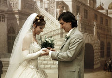 De bruidegom zet trouwring Royalty-vrije Stock Foto's