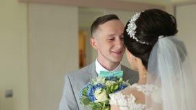 De bruidegomgangen in de ruimte aan de bruid, geeft haar een boeket van bloemen stock video