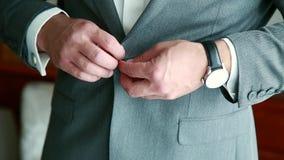 De bruidegomkleding aan het huwelijk stock footage