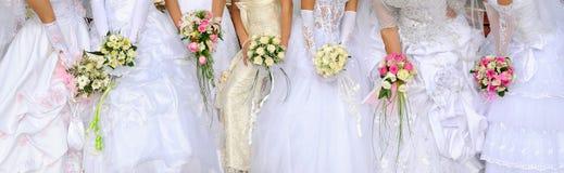 De bruiden houden boeketten royalty-vrije stock foto's