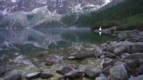 De bruiden houden handen Marien oog De Karpaten Tatras Polen Morskie Oko stock video