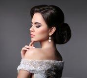De bruidmake-up van de schoonheidsmanier Elegant modieus vrouwenportret Stock Foto's