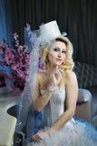 De bruidportret van de manier modieus schoonheid met witte lange krullende haar en hoed royalty-vrije stock foto's